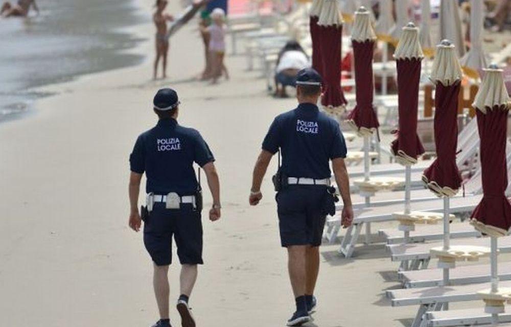 A Diano Marina proseguono i controlli in spiaggia contro i venditori abusivi: i vigili urbani sequestrano 500 occhiali non a norma