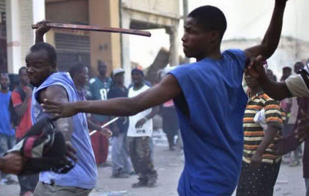 """Migranti aggrediscono agenti durante sgombero e i poliziotti dicono basta: """"A rischio la nostra incolumità"""""""