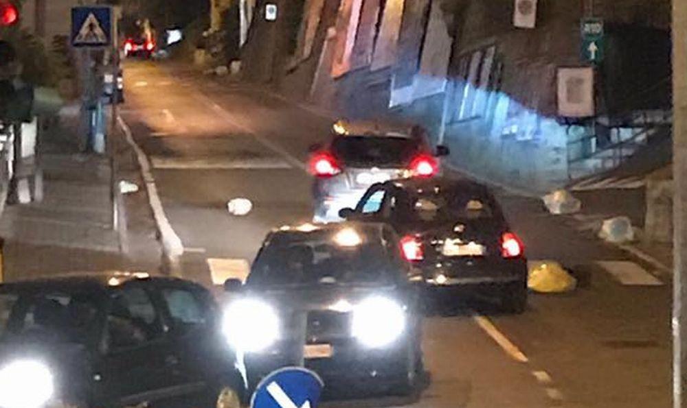 Rifiuti in strada a Sanremo, le auto costrette a pericolosi zig zag