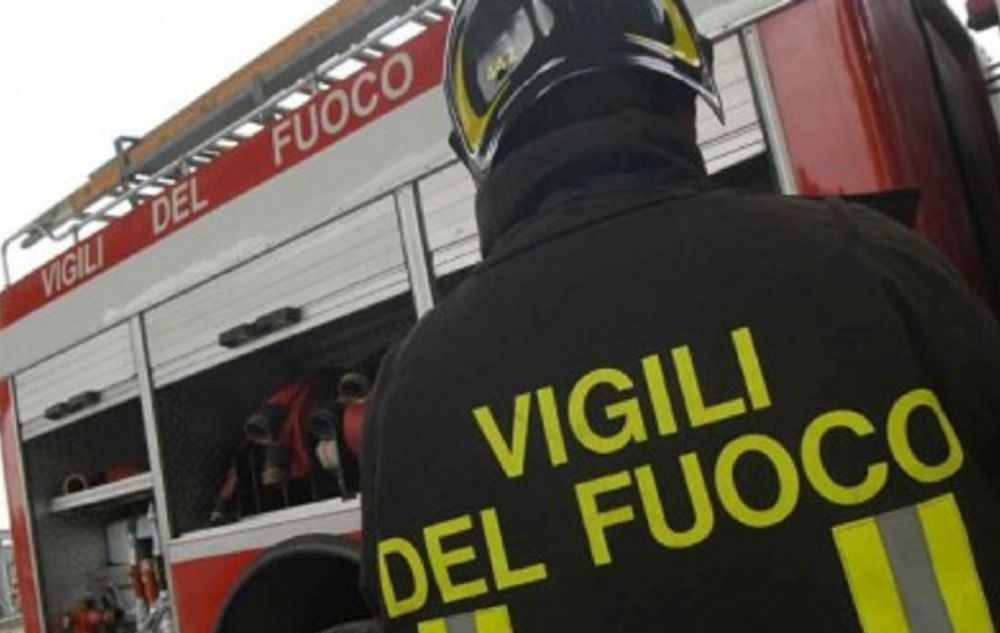 Paura a Tortona per una bimba di pochi mesi rimasta intrappolata in auto e salvata dai pompieri