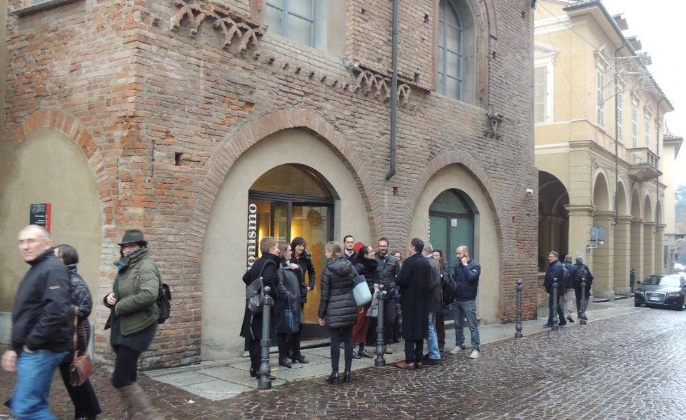 """Gente in coda per vedere la Pinacoteca """"Il Divisionismo"""" a Tortona"""