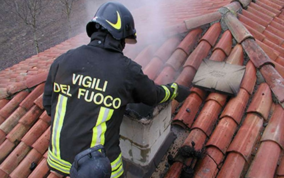 Maxi incendio in una cascina a Cereseto, i pompieri al lavoro per quattro ore
