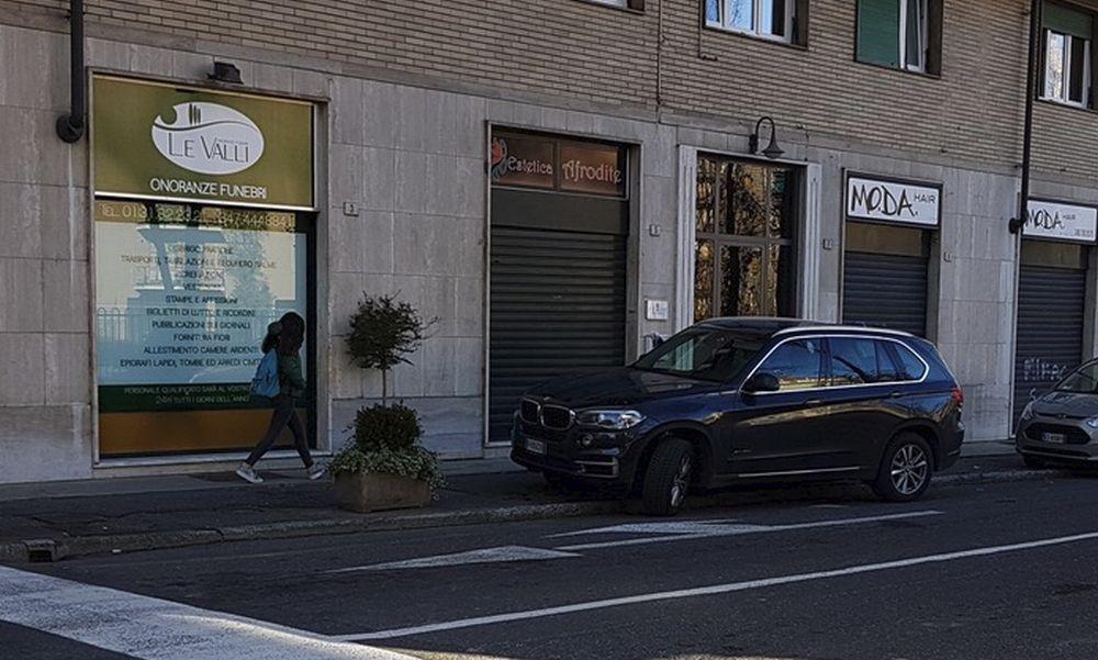 Parcheggio selvaggio a Tortona e la gente non può entrare in casa. Cittadino imbufalito scrive ai Vigili Urbani e alle iene