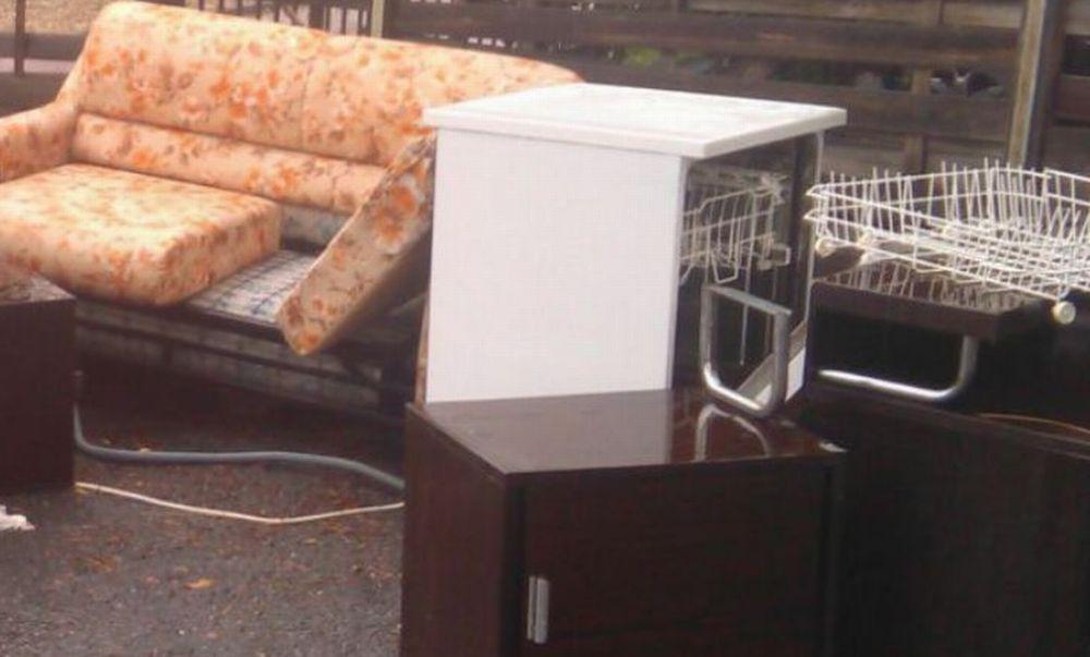 Abbandona questi mobili rotti davanti alla scuola di Diano San Pietro, adesso rischia 6 mesi di carcere