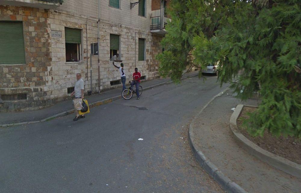 Tortonese di 57 anni prende guanti e sacchetto e va a pulire la via dove abita