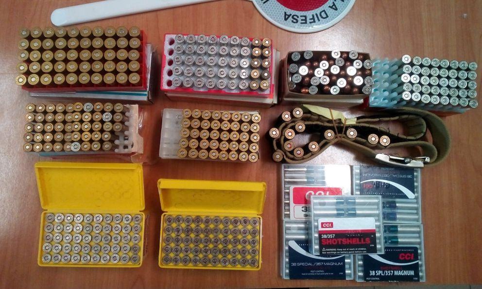Un acquese nascondeva abusivamente in casa questi 400 proiettili, sequestrati dai Carabinieri