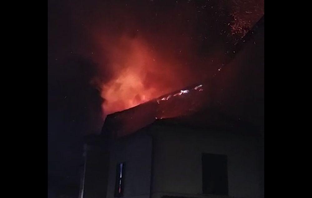 Poliziotto fuori servizio fuori servizio salva gli abitanti di questa casa in fiamme ad Acqui Terme