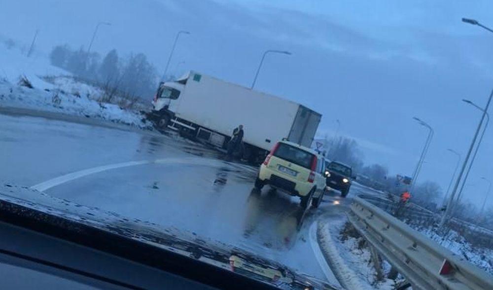 Scontro frontale fra due camion alla periferia di Tortona, un uomo in ospedale. Le immagini