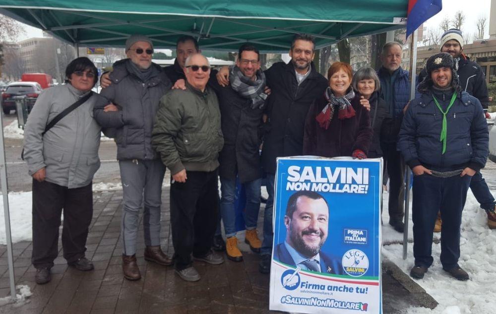 La Lega a Tortona raccoglie firme a sostegno di Salvini