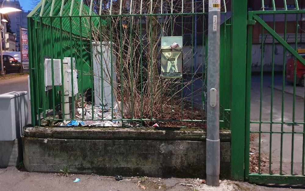 Erbacce e sporcizia nell'area della Telecom in centro a Tortona