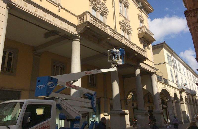 Lavori ai portici di Tortona dopo il crollo di domenica, a breve saranno riaperti