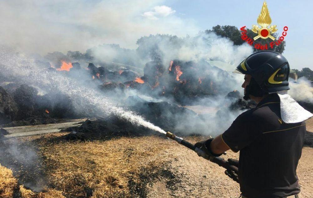 I Vigili del Fuoco di Tortona impegnati per oltre 10 ore per spegnere un incendio sulla linea ferroviaria per Voghera