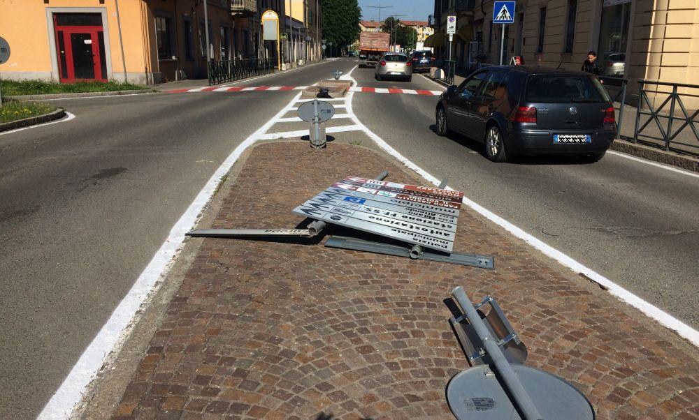 Un camion entra a Tortona e abbatte diversi cartelli stradali. Le immagini