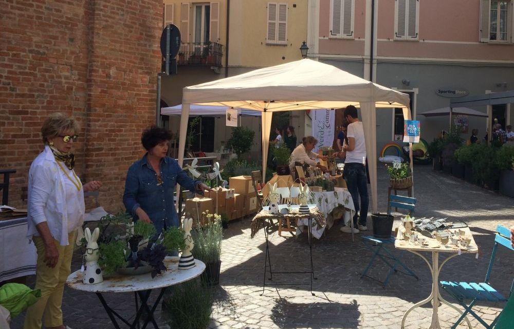 Un successo il mercato delle erbe aromatiche in piazzetta de Amicis a Tortona