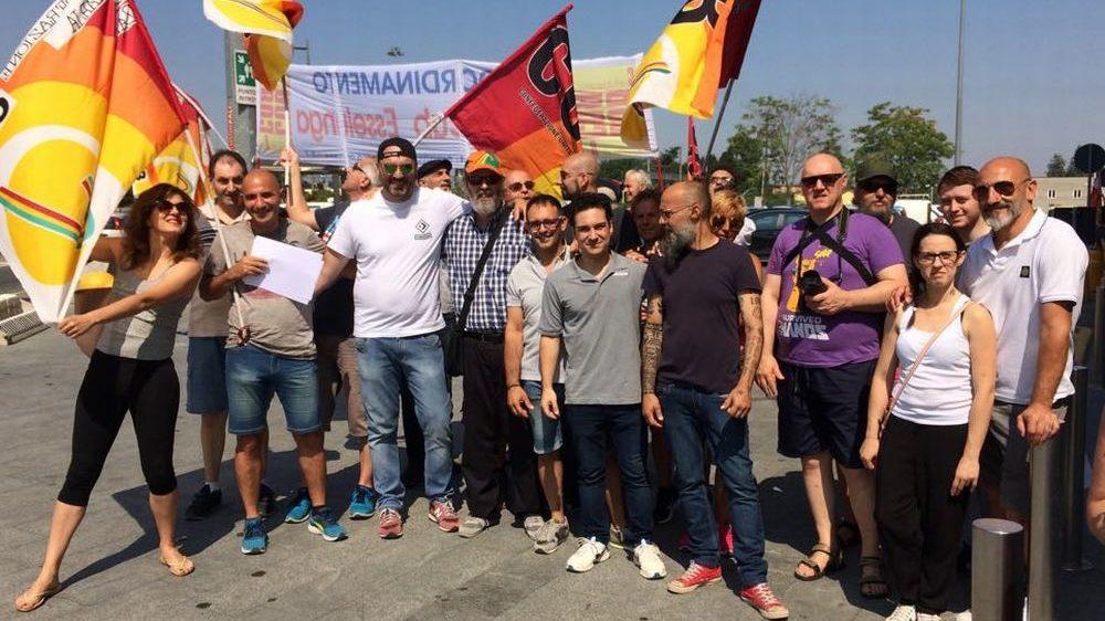 I lavoratori dell'Esselunga di Tortona scendono in piazza tra lo stupore della gente