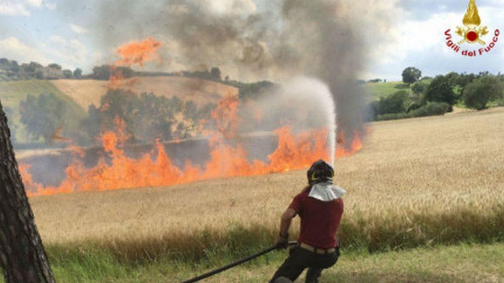 I Vigili del Fuoco di Tortona riescono a bloccare un incendio a pochi metri da una casa