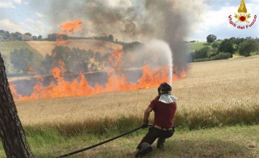 Maxi incendio fra Viguzzolo e Castellar  Guidobono: brucia un ettaro di paglia e per poco un capannone