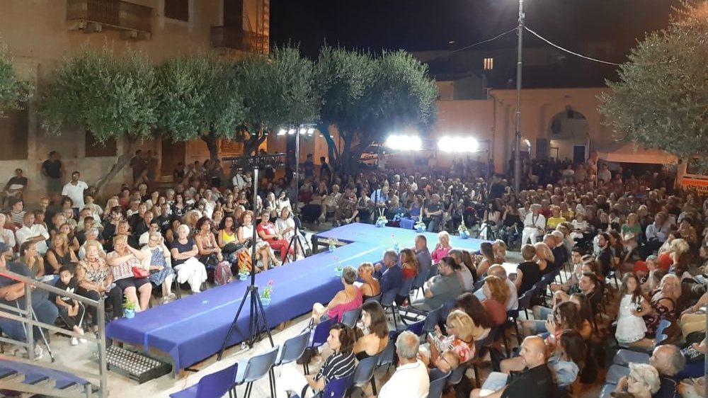 Bagno di folla per la moda sotto le stelle a Diano Marina