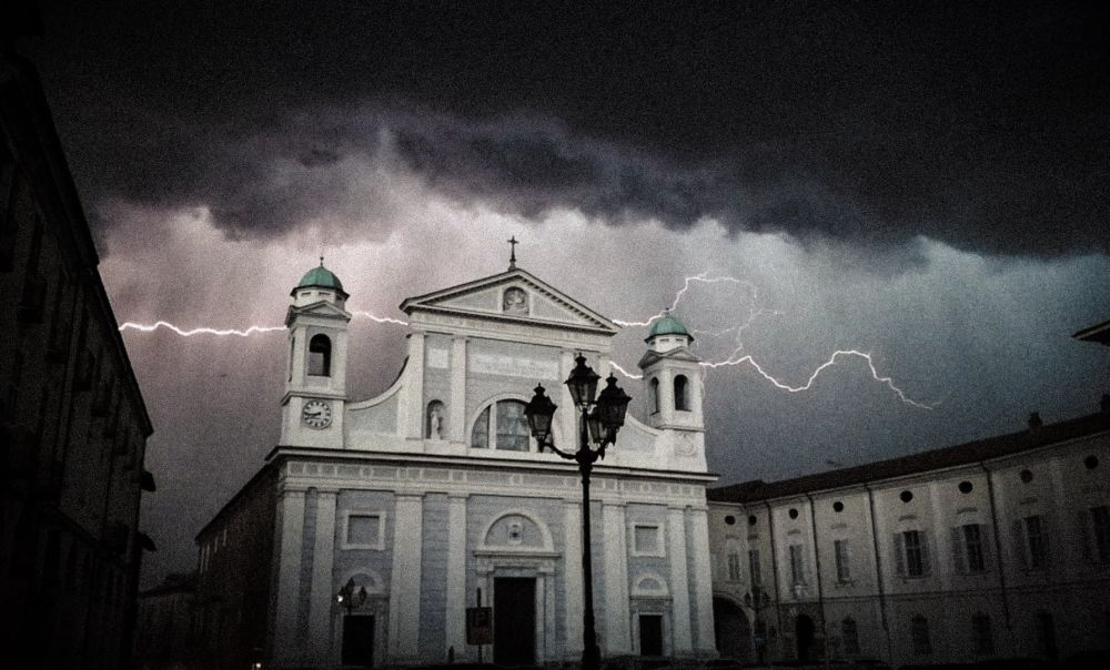 Domenica Tortona ricorda i morti di Coronavirus (e non solo) con una grande messa in Duomo e altoparlanti in piazza