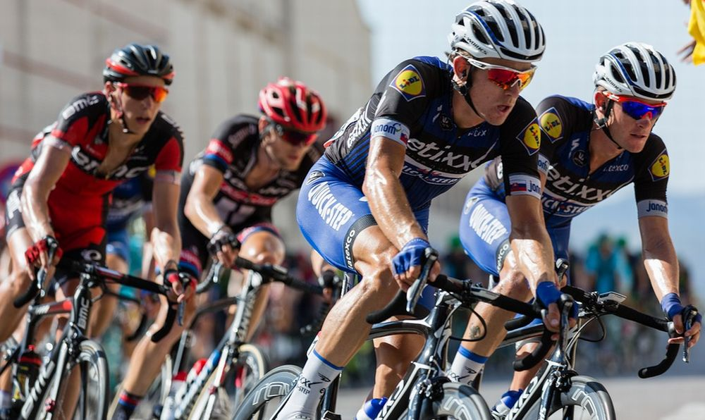 A Molino dei Torti un ciclista di 23 anni si schianta contro un muro durante una gara: è grave