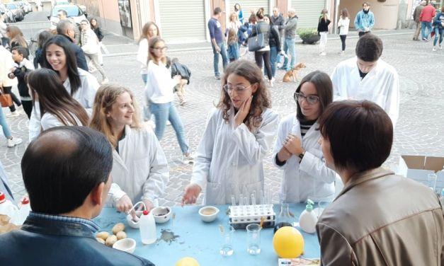 Un successo le bancarelle scientifiche allestite dagli studenti del Marconi di Tortona