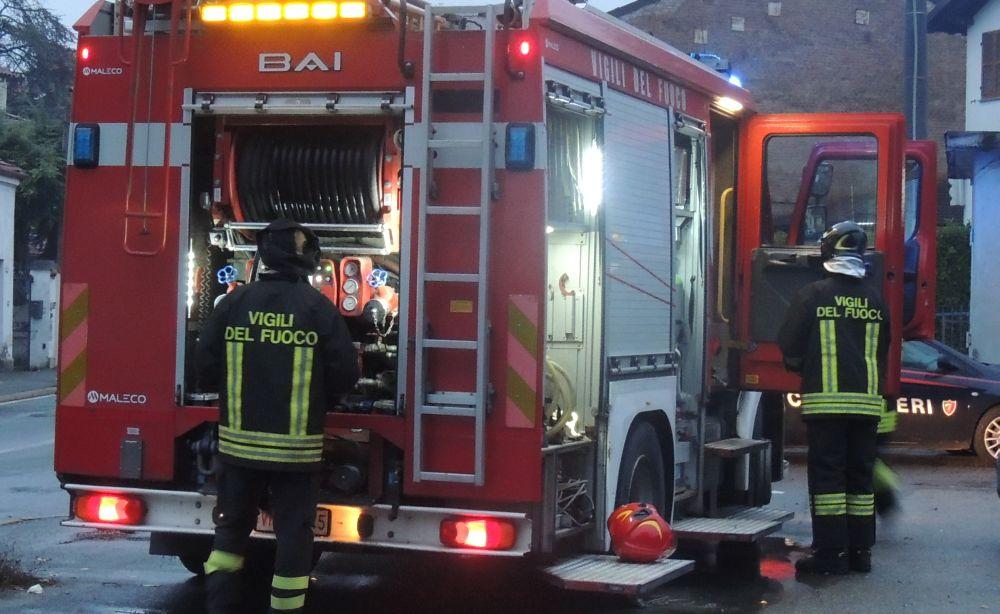 Auto nel canale, incendio vicino a un distributore di benzina e tanti interventi per i pompieri di Tortona