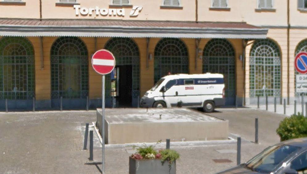 Finalmente a Tortona, grazie alla Fondazione, si toglie questo schifo davanti alla  stazione