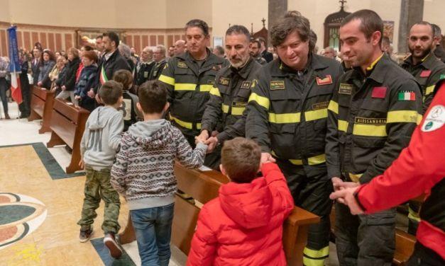 Commovente presenza di bambini e adulti a Tortona per la messa del Vescovo in suffragio dei tre pompieri morti a Quargnento