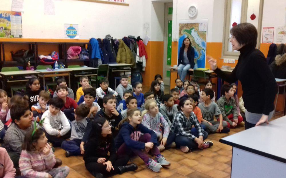 Le maestre delle elementari di via Bidone fanno una sorpresa agli alunni con una storia natalizia