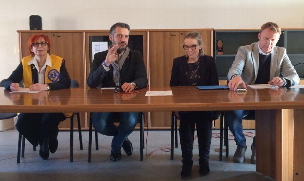 """Il Lions Tortona Castello dona alla città una speciale panchina """"inclusiva"""" per celebrare la Giornata dei disabili"""