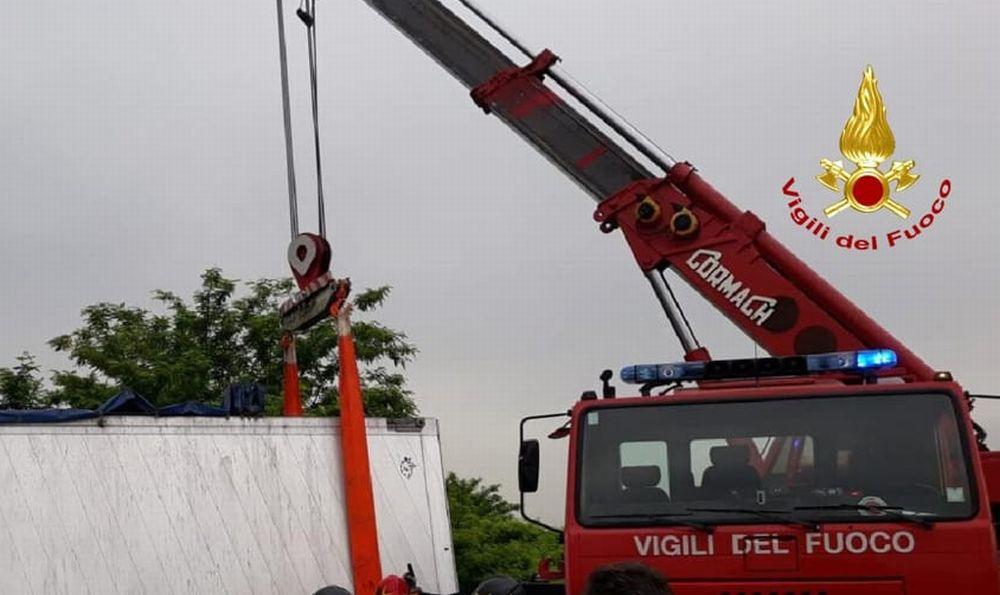 Il navigatore sbaglia e un camion si incastra in una stradina ad Avolasca. Incredibile manovra dei pompieri che lavorano 6 ore per liberarlo