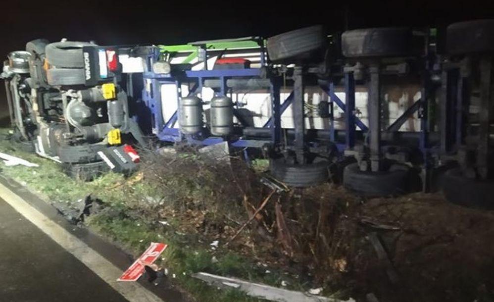 Alla periferia di Sale si rovescia questo camion. Autista ferito e statale chiusa