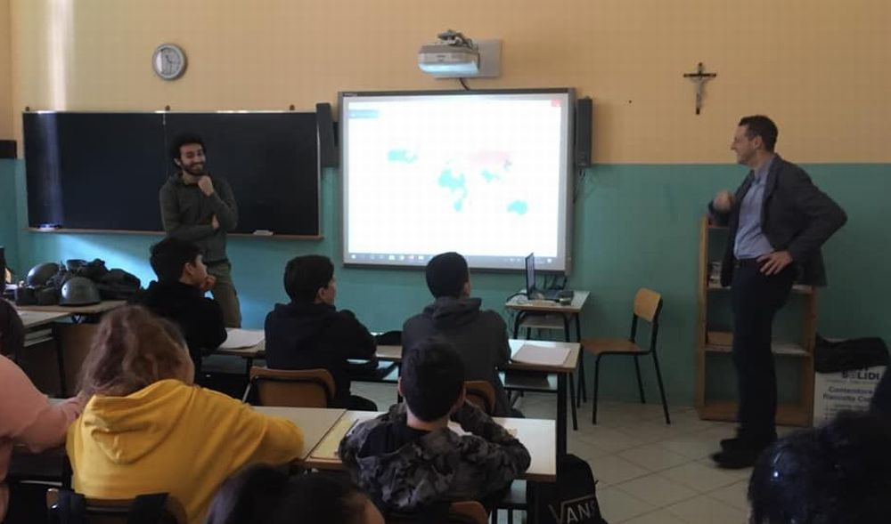 Matteo Leddi e Corrado D'Andrea parlano della II Guerra mondiale agli alunni di Volpedo