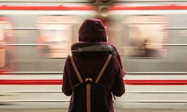 A Pontecurone il treno sfreccia ad elevata velocità e si dimentica dei pendolari…