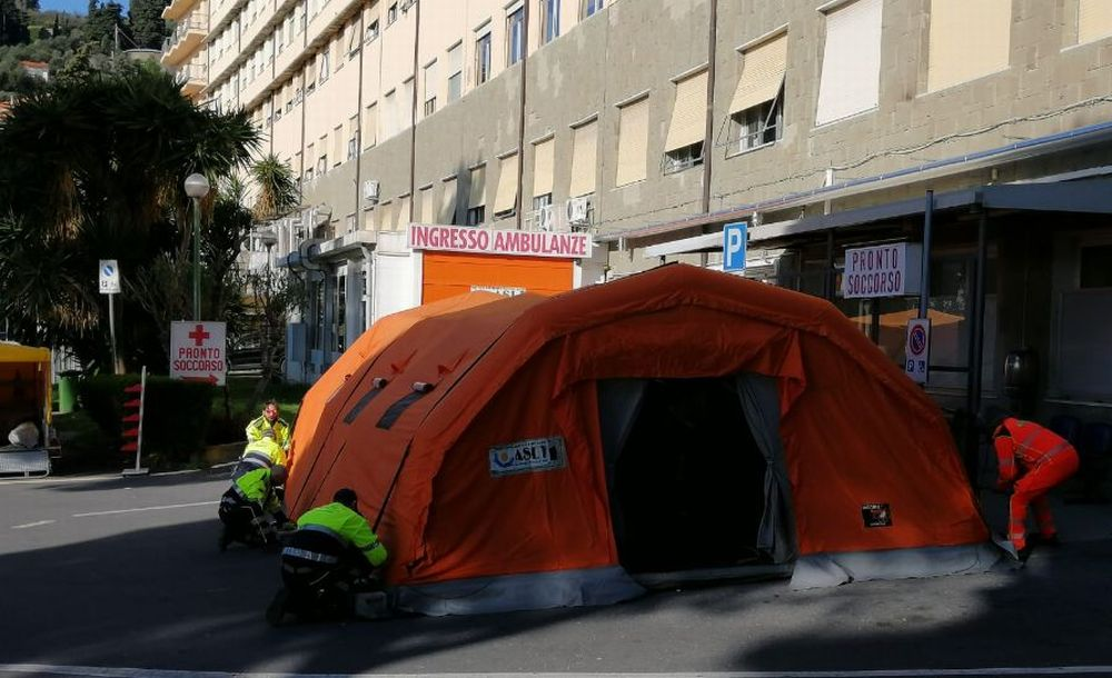 Coronavirus, l'asl di Imperia allestisce le tende per la triage davanti agli ospedali
