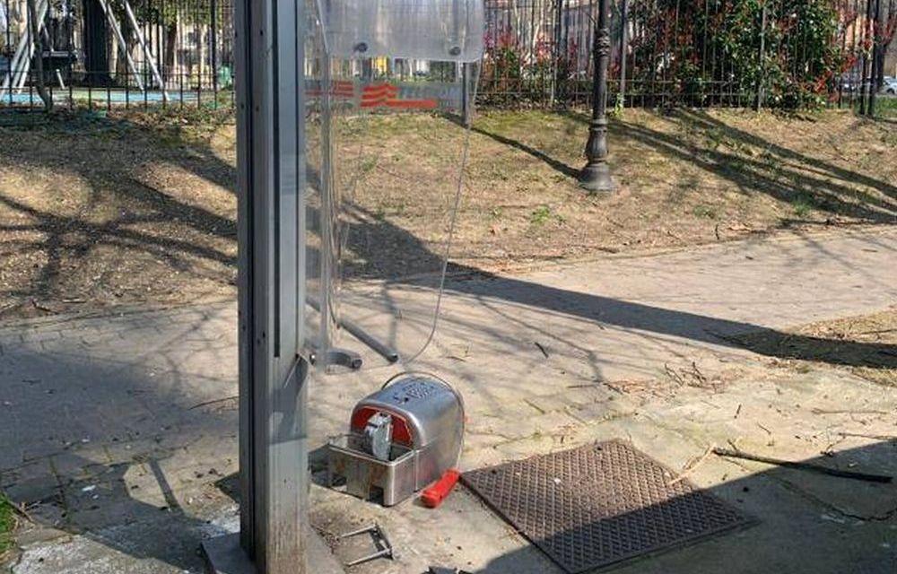 Il Coronavirus a Tortona non ferma i vandali che si accaniscono su un telefono pubblico