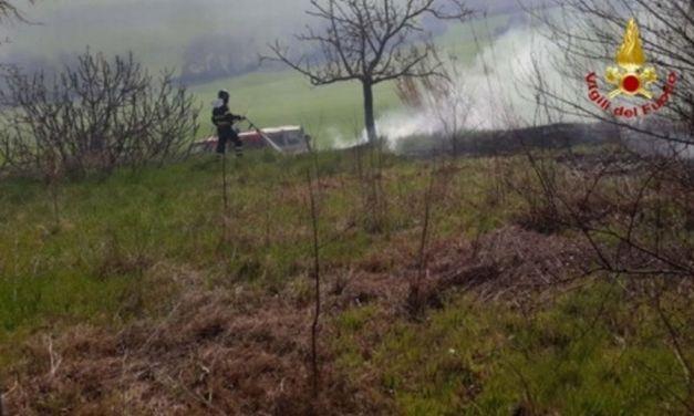 Fino al 31 marzo è proibito bruciare residui, ma un contadino di Villalvernia lo fa e provoca un incendio