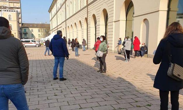 Tanta gente stamattina, a Tortona, a donare il sangue nel cortile del municipio. Le  immagini di Luigi Bloise