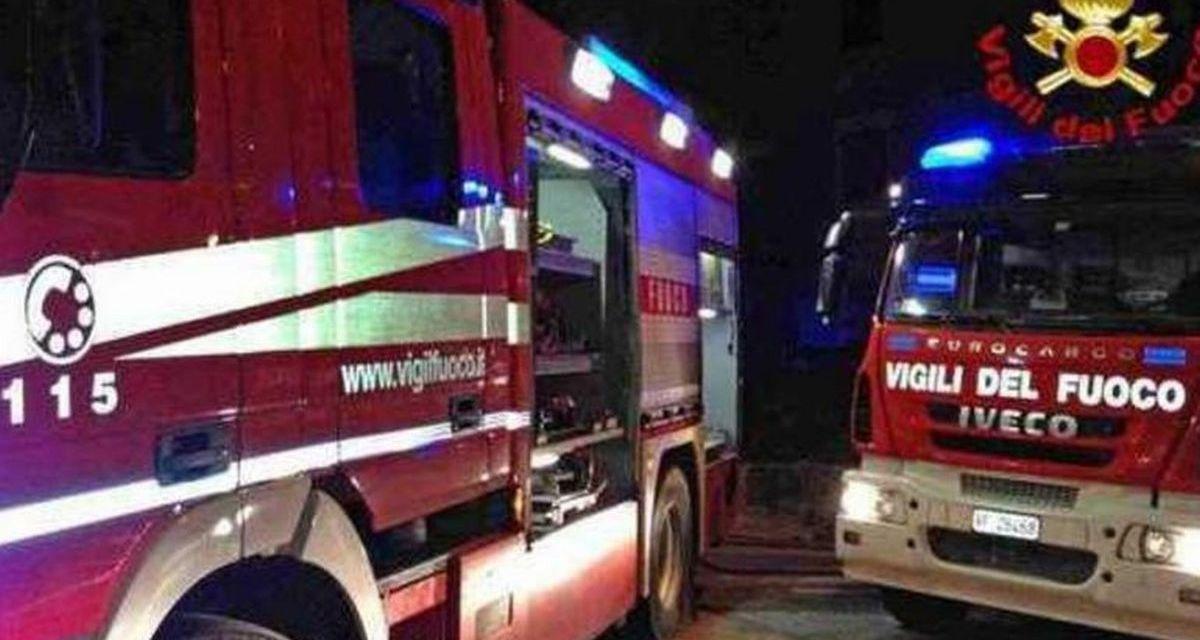 Incendio in un'azienda alla periferia di Tortona mentre lavorano gli operai: intervengono i pompieri