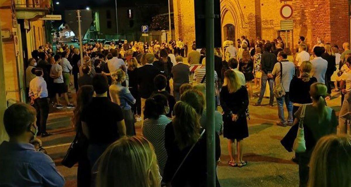 Tanta gente partecipa al dolore della famiglia Bassi per la morte del 13enne Luca