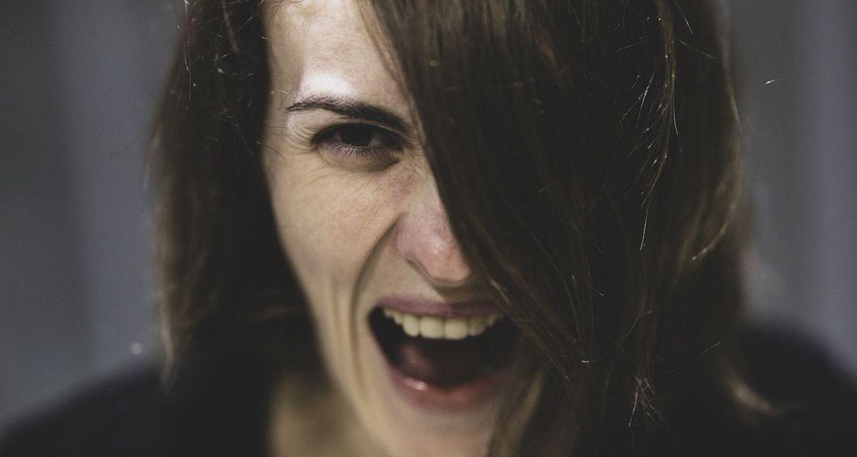 Mamma inviperita sbatte fuori di casa al freddo la figlia di 16 anni, intervengono i Carabinieri e…