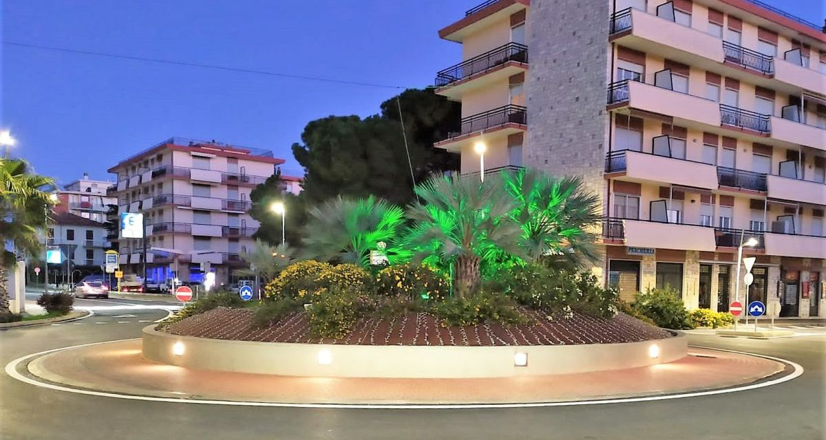 Illuminata di verde la rotonda di San Bartolomeo al Mare
