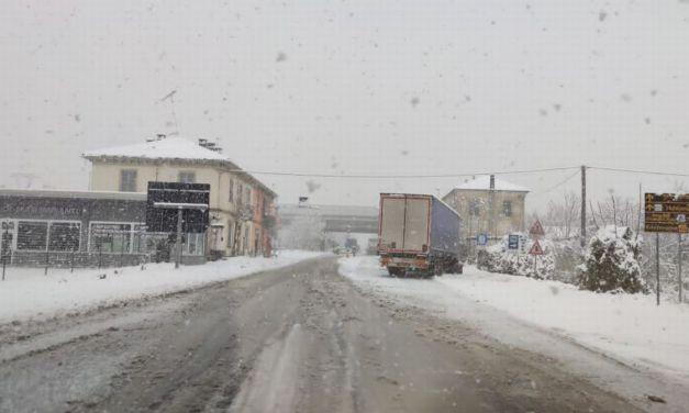 Bufera di neve a Tortona, già in azione gli spazzaneve, disagi sulle statali. La Provincia assente?