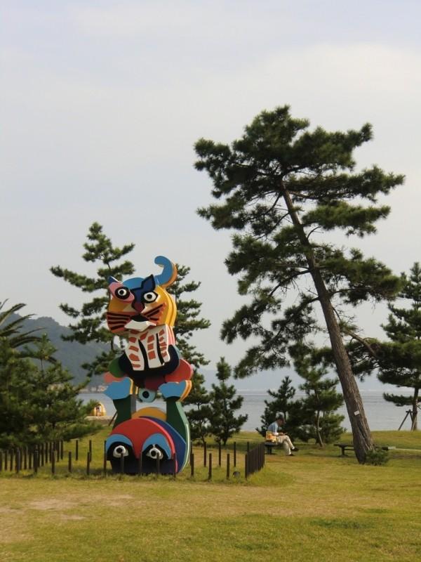 Benesse Art Site Naoshima - Frog and Cat de Karel Appel