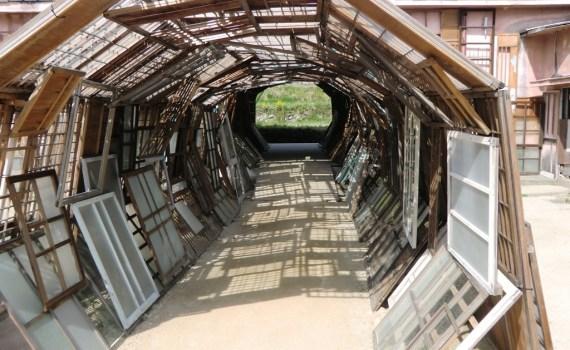 Farther Memory de Chiharu Shiota sur Teshima