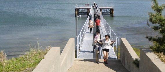 Ponton sur la plage de Naoshima avec Megijima en arrière-plan