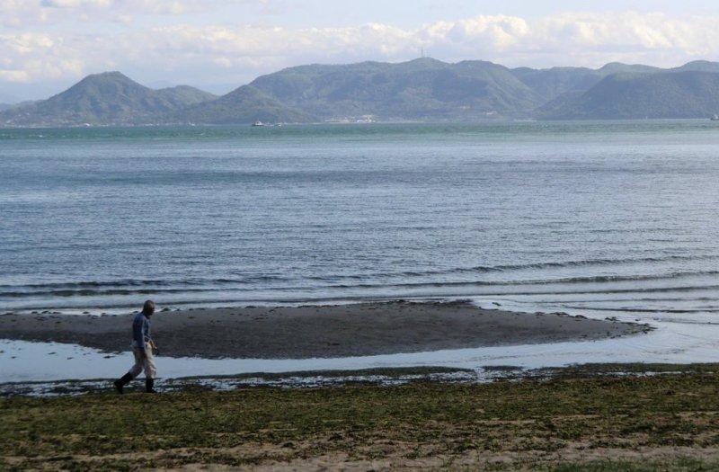 Homme sur la plage de Naoshima