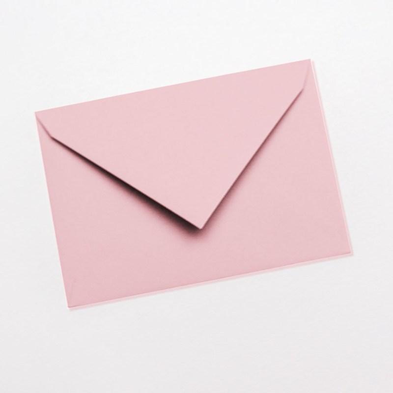 gekleurde enveloppen roze lichtroze pastel babyroze