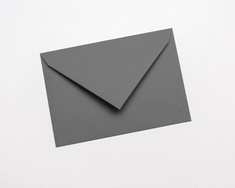 gekleurde enveloppen donkergrijs taupe antraciet grijs