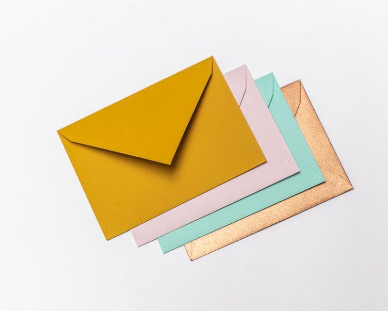 Gekleurde enveloppen C6 oker lichtroze munt koper stalenpakket